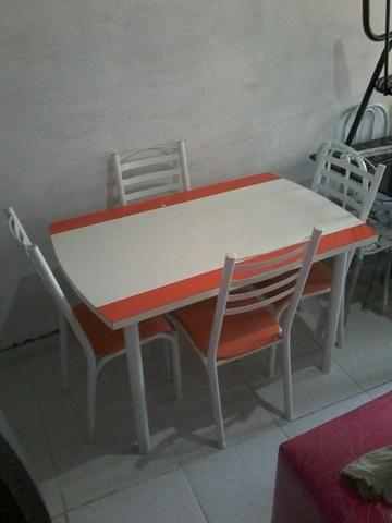 Mesa de madeira com ferro (4 cadeiras )
