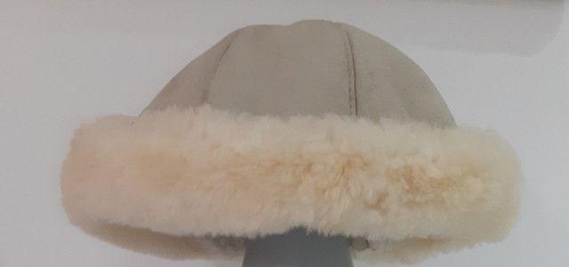 Gorro de couro com bordas de pelinho - Foto 2