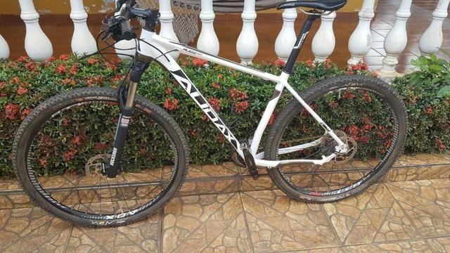 Bicicleta Audax Auge 555 Grupo Shimano Deore Aro 29 Rochshox
