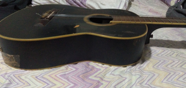 Um violão preto - Foto 4