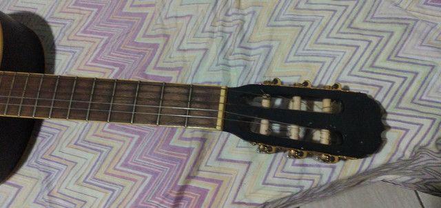 Um violão preto - Foto 5