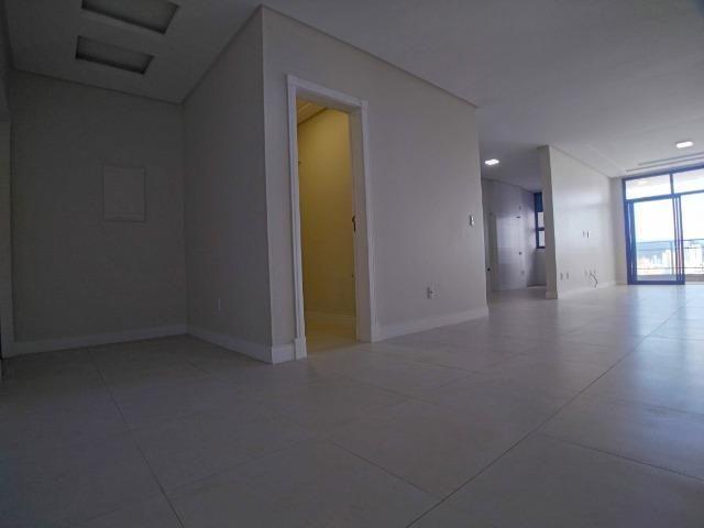 Amplo Apartamento 3 Dormitórios(1Suíte+2D) + Lavabo com 2 Vagas no Centro de Itajaí! - Foto 2
