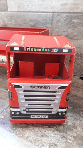 Caminhão vermelho de brinquedo de madeira - Foto 2