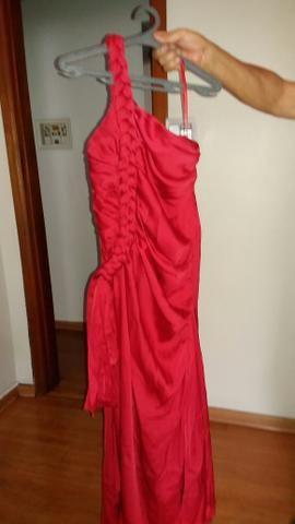 Vestido de festa de um ombro só. Detalhe de lado uma trança