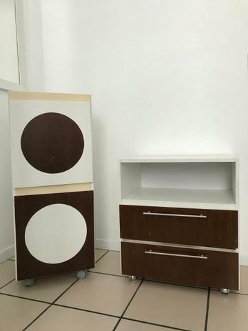 Lindos armários com gavetas e rodinhas