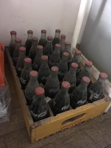 Engradado de madeira década 60 com 24 garrafas