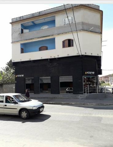 Pequeno prédio de esquina com loja e 2 Aptos