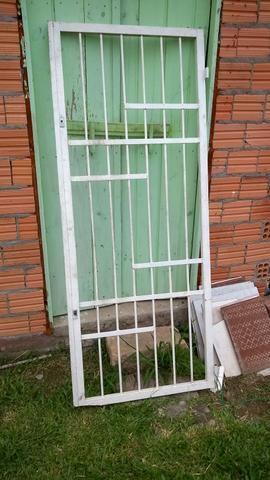 Porta de ferro gradeada