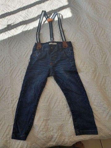 Calça jeans com suspensório e elástico
