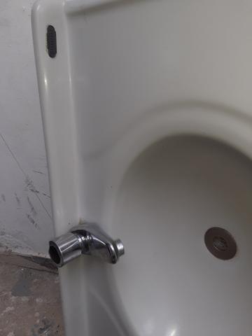 Lavatório para banheiro com torneira