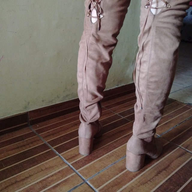 Bota cano alto marrom de veludo camurça - Foto 2