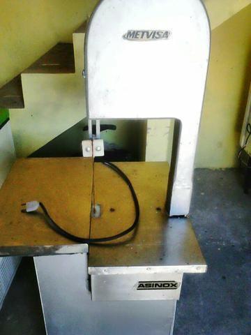 Vende-se freezer expositor e máquina serra fita (para cortar carnes)
