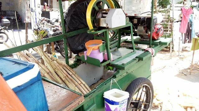 Engenho de cana com motor e carrinhos pronto para trabalhar