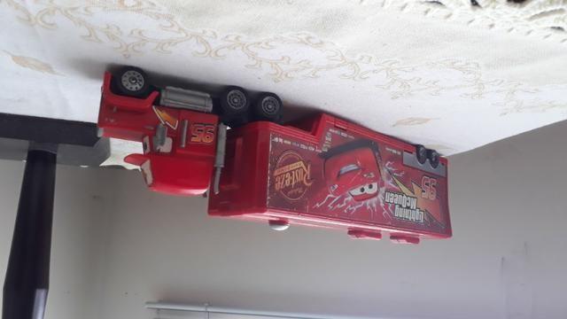 Caminhão de brinquedo e playset disney relampago mc queen