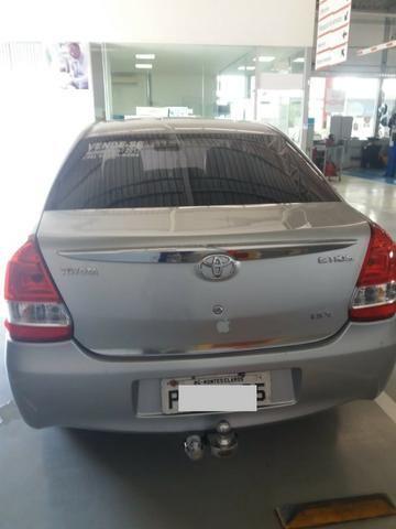 Aceito troca vendo Toyota Etios, 2017, prata, Automático, Kit Multimídia com Câmera de Ré - Foto 4
