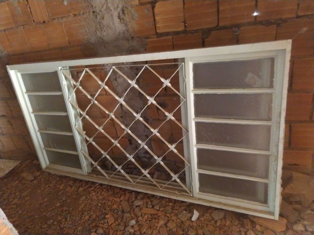 Vendo janela e porta de ferro com vidros, pintada chapada 18