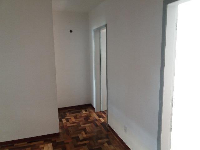 Apartamento bem iluminado, segundo piso, seguro, com 1 quarto e demais dependências