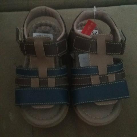 Vendo sandália de menino novinha