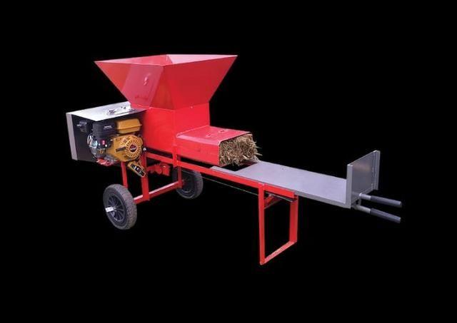Maquina compactora e ensacadora de silagem