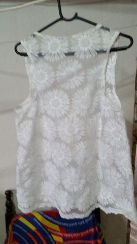 Blusa de Renda Branca com Flores - Foto 2