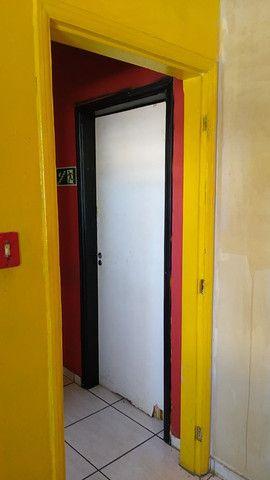 Aluga-se Lindo Imóvel Comercial e ou Residencial, com garagem para um carro, 2 dormitórios - Foto 5