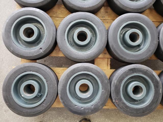 """Rodas 12""""x 4"""" para 1200 kg usadas - Foto 5"""