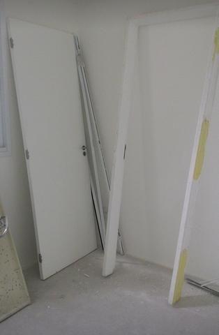 Porta branca com batente simples 2,10 x 0,72 com fechadura e 2 copias da chave
