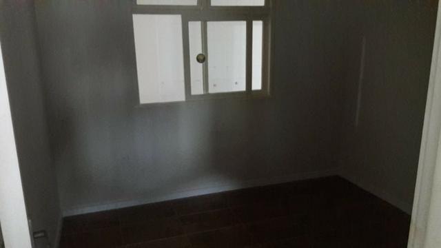Locação anual Aparamento térreo 02 dormitórios com 01 vaga de estacionamento - Foto 2