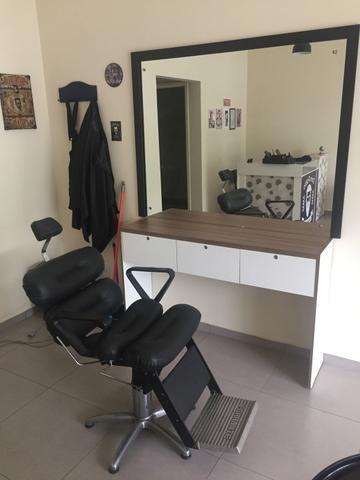 Cadeira de barbeiro com bancada e espelho. - Foto 2