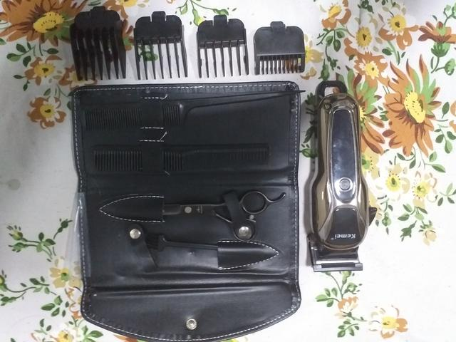 Máquina de corte Cordelles Kemei 1990 usada pouquíssimas vezes + Kit de tesoura Obopekal - Foto 5