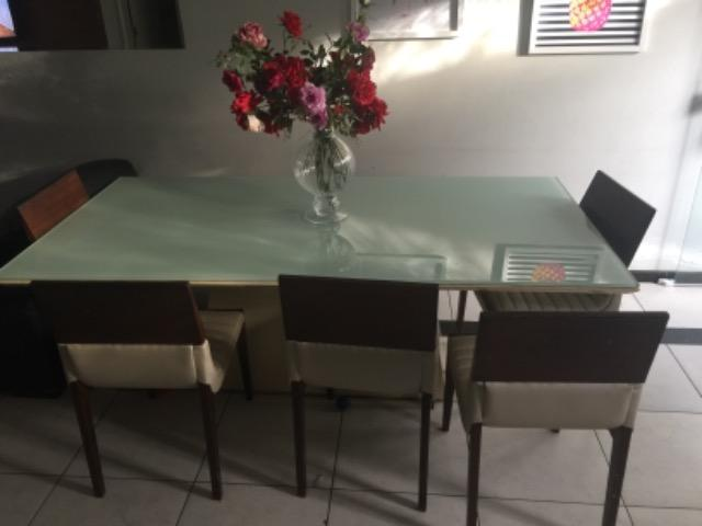 Mesa de jantar laqueada com vidro