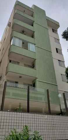 Excelente Apto com 3 quartos sendo 1 suite c/ sacada, 2 por andar e 2 garagens individuais - Foto 2