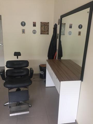 Cadeira de barbeiro com bancada e espelho. - Foto 3