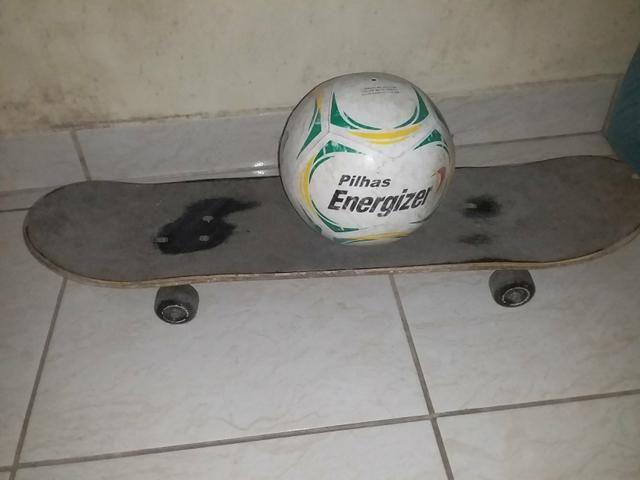 Vendo um skate e uma bola de futebol