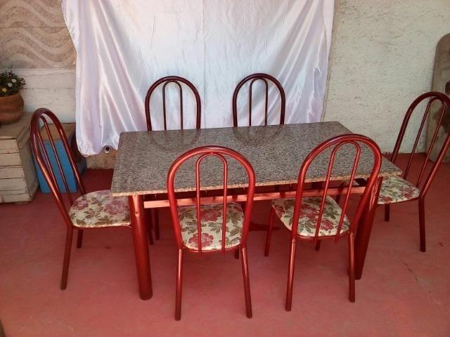 Mesa de mármore com 6 cadeiras estofadas (armação de metal)