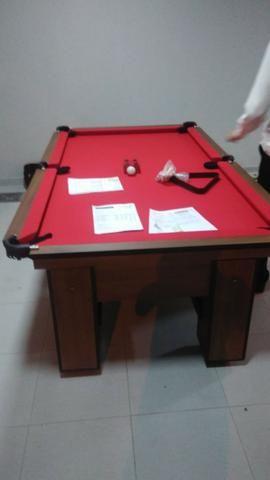 Mesa com 4 Pés Laterais Cor Imbuia Tecido Vermelha Mod. QNDI4285 - Foto 2