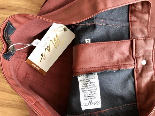 Calça de couro c sarja Más Animale TAM 42 ( nunca usada, c etiqueta) - Foto 6