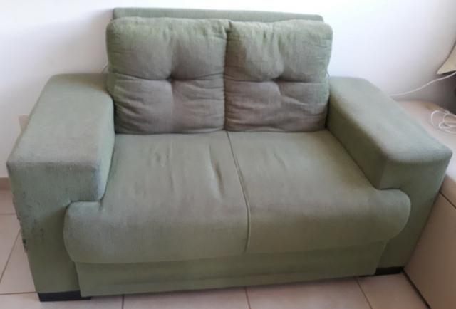 Sofá de dois lugares na cor verde claro barato, só 100,00