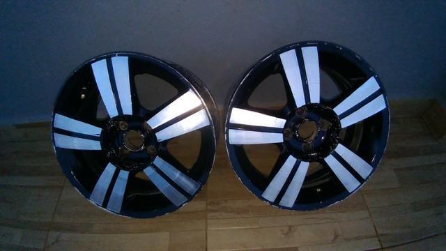 Vendo rodas aro 16 e dois pneus,que da pra roda aida muito furaçao 4x100,watzape 985705041