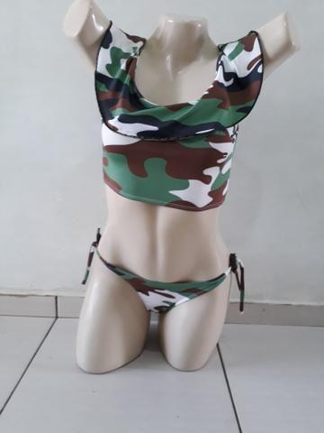 Biquíni modelo camuflado