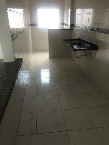 Apartamento perto do mar, excelente localização residencial, com 2 dorm e sacada - Foto 11