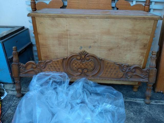 Cama e cômoda de madeira entalhados - Foto 3