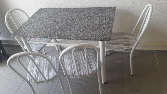 Mesa com tampo de mármore e 4 cadeiras