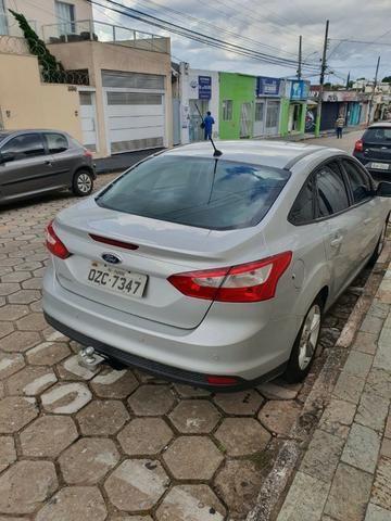 Vendo ford focus sedan, ano 2014, cor prata,km 51000, cambio mecânico - Foto 4