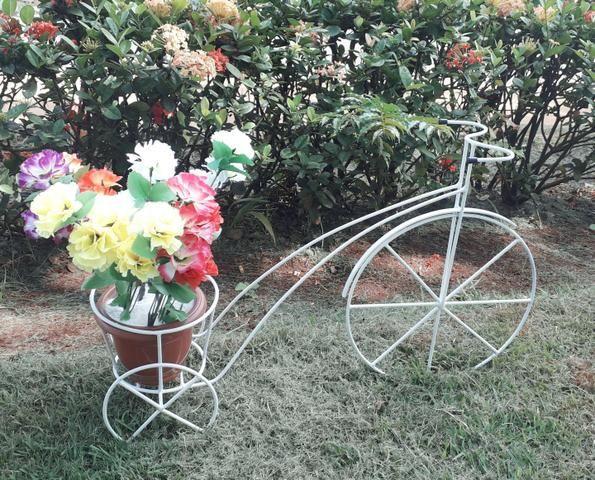 Triciculo com suportes para vasos de flores