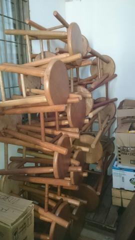 Banquinhos torneados de madeira maciça