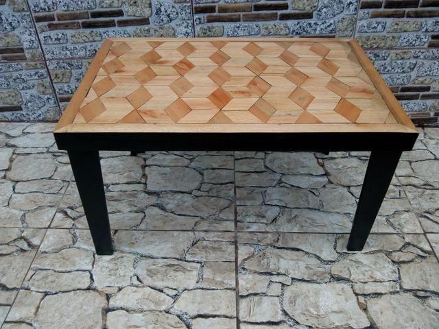 Mesinha de madeira. (tampo com detalhes em mosaico)
