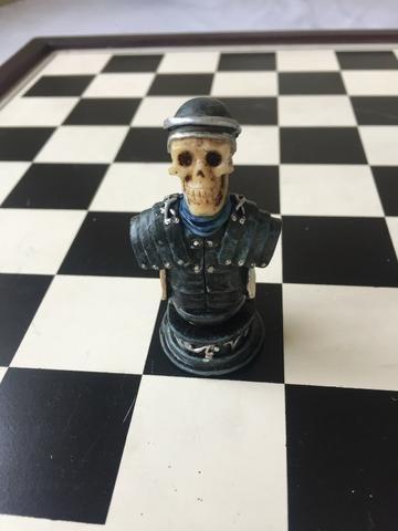 Jogo Xadrez medieval caveira em resina -15 peças - com tabuleiro - Foto 2