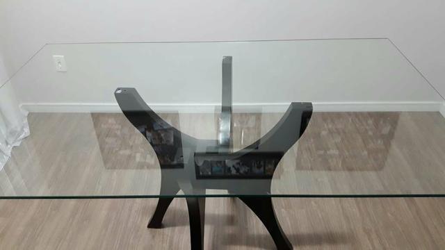 Mesa de vidro com base em MDF. Retangular. Cor embuia