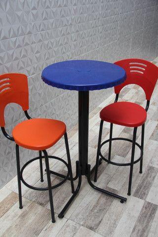 Mesa com duas banquetas - nova